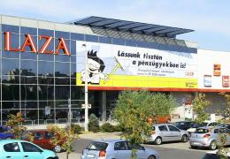 <p>A térségben elsőként nyitott bevásárló- és szórakoztatóközpontjában közel 14.000 m2-en számos hazai- és nemzetkö</p>