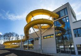 <p>Do nového městského bazénu s restaurací, wellness zónou, tobogány a pětadvacetimetrovým bazénem, ležícího v příj</p>