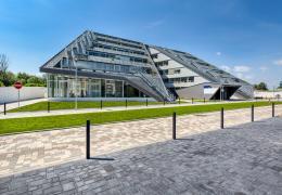 <p>Budova DOCK IN TWO je navržena podle posledních architektonických trendů kanceláří Schindler Seko architekti.</p>