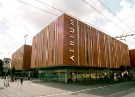 <p>Velkoryse pojaté obchodní centrum v Hradci Králové splňuje veškeré požadavky moderního centra obchodů.</p>