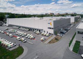 <p>Недавно построенный зал интернет-супермаркета, специализирующегося на доставке еды, служит не только складом для</p>